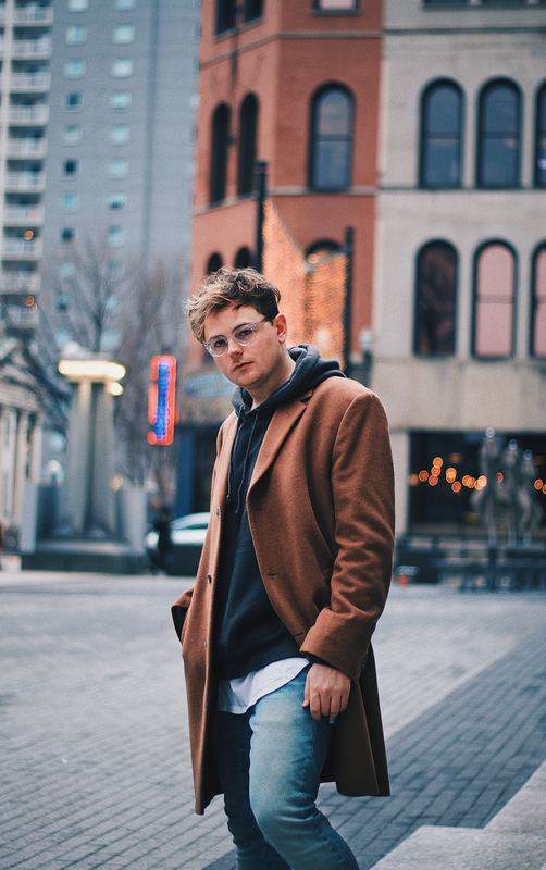 Man_with_brown_overcoat_in_city